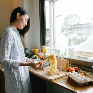 Czy warto zdecydować się na rolety rzymskie w kuchni?